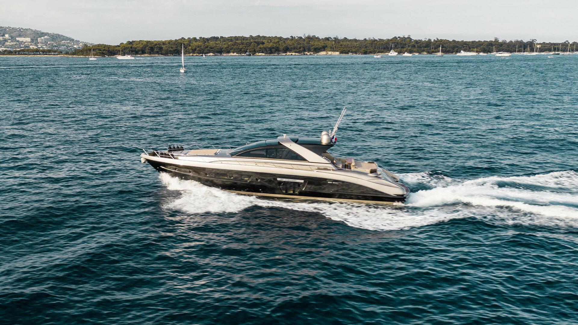 https://lengersyachts.de/wp-content/uploads//2018/09/Riva-Ego-Super-20-exterior-Lengers-Yachts-4-1920x1080.jpg